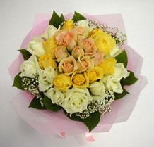 sari ve beyaz gül karisimda   Kütahya hediye sevgilime hediye çiçek