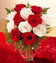 Kütahya çiçek gönderme  5 adet kirmizi 5 adet beyaz gül cam vazoda