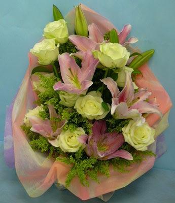 11 adet gül ve 2 adet kazablanka buketi  Kütahya güvenli kaliteli hızlı çiçek