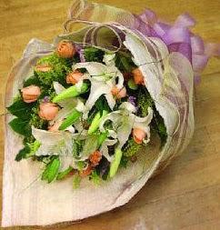 Kütahya güvenli kaliteli hızlı çiçek  11 ADET GÜL VE 1 ADET KAZABLANKA