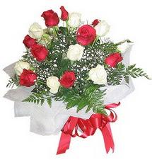 Kütahya hediye sevgilime hediye çiçek  12 adet kirmizi ve beyaz güller buket
