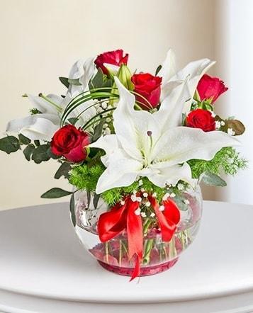 Fanus Vazoda 2 Lilyum ve 5 Gül Dansı  Kütahya uluslararası çiçek gönderme
