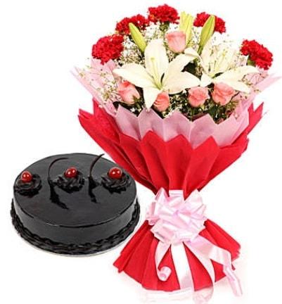 Karışık mevsim buketi ve 4 kişilik yaş pasta  Kütahya çiçek mağazası , çiçekçi adresleri